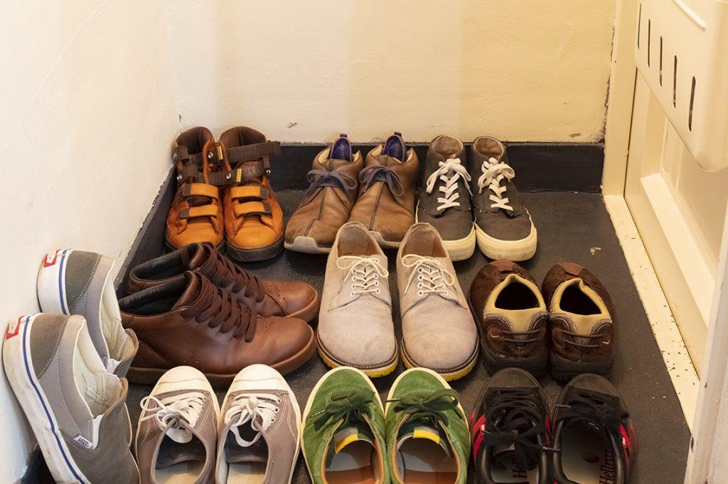 溢れる靴の山