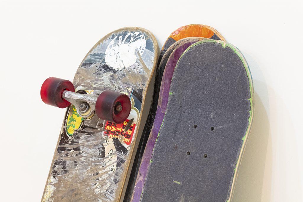 使い古されたスケートボード